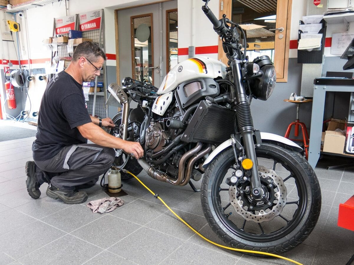 The XSR gets new rear brake fluid at Raff Moto in Biarritz.